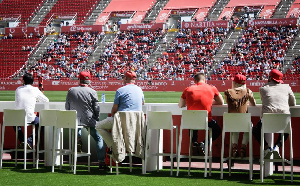 A group of fans watch a game of RCD Mallorca in the Corner VIP area of ​​the Son Moix stadium.